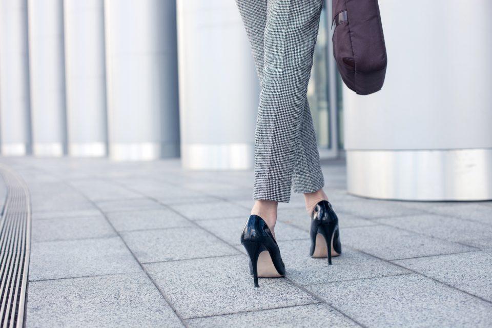 Prendas básicas para lucir casual y elegante en la oficina